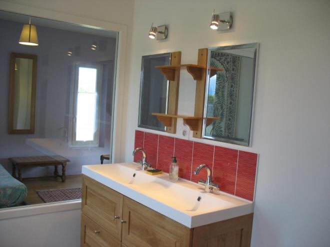Salle de bain et chambre niveau piscine